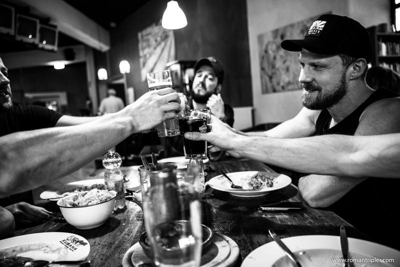 Die Metallica Tribute Band trinkt zur Feier des Tages ein Weißbier
