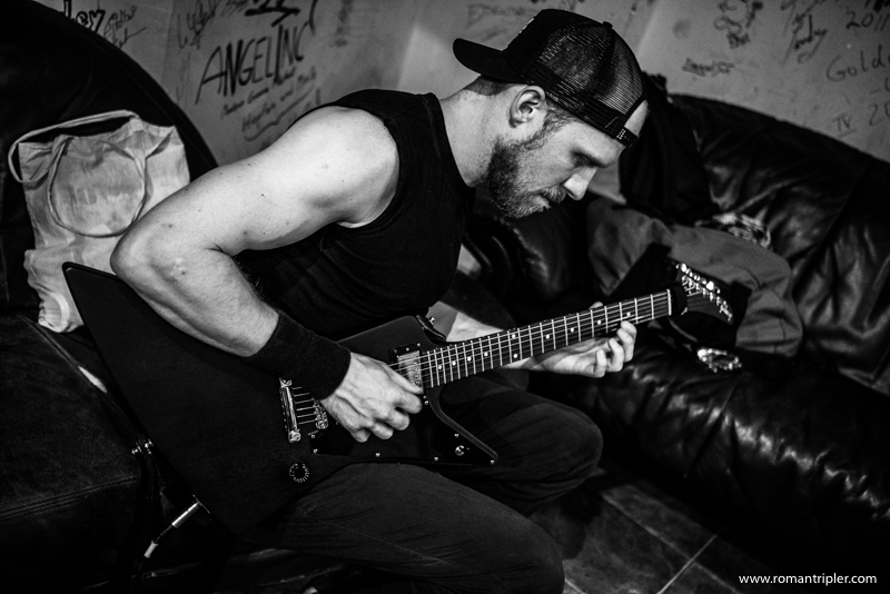 Tobi von der Metallica Tribute Band stimmt seine Gitarre