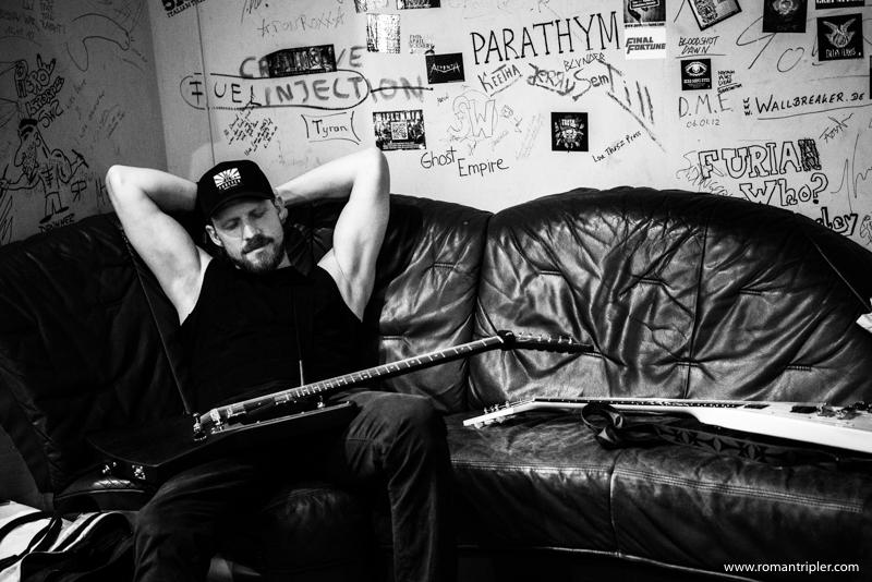 Der Frontman der Metallica Tribute Band schläft gleicht Backstage auf der Couch ein.