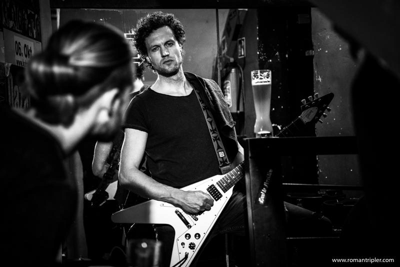 Rup, der Gitarrist der Metallica Tribute Band, stimmt die Saiten